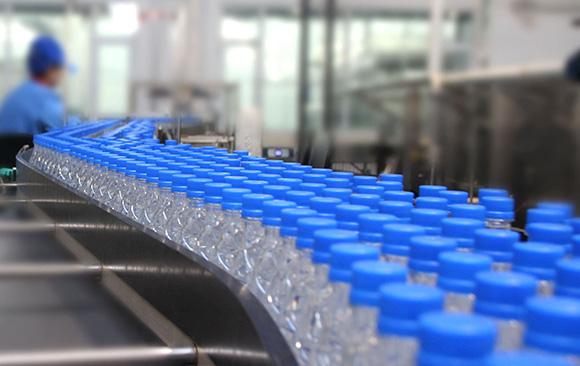 Flat conveyor of water bottling line